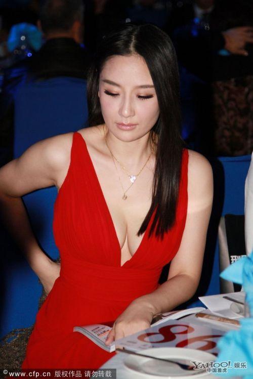 章子怡超高开叉礼服露到大腿根 看女星红毯出位装束