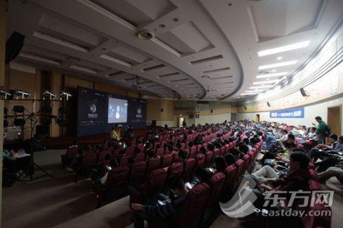 现场上海大学的学生们在认真地观摩微电影
