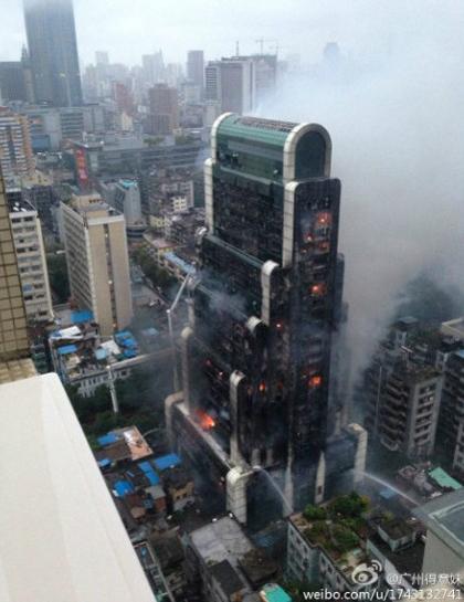 广州闹市高楼着火 消防员天气齐努力(17)