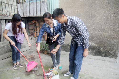 同学们义务打扫居民楼