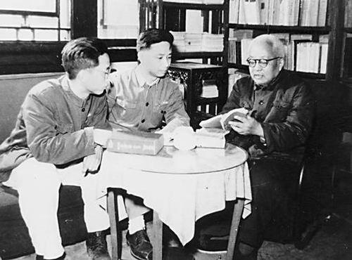 1956年,汤用彤(右)给汤一介(中)讲授国学。资料图。
