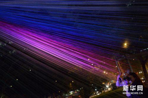 时评 >> 正文  新加坡艺术学校举行的《仲夏夜空》灯光展将在8月22日