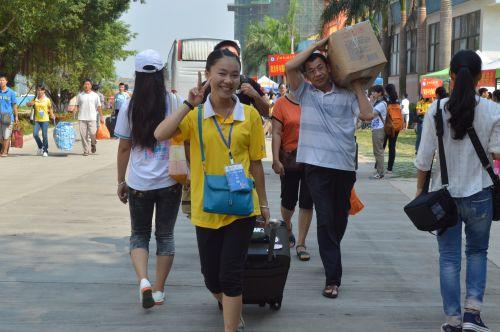 志愿者为新生提行李、带路