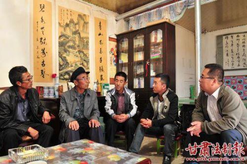 温青郁与乡镇干部调解农户纠纷。