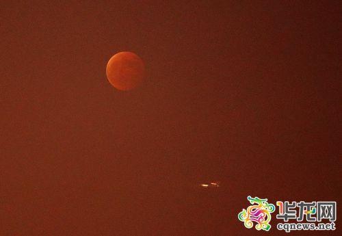 在薄雾中,红月亮初现