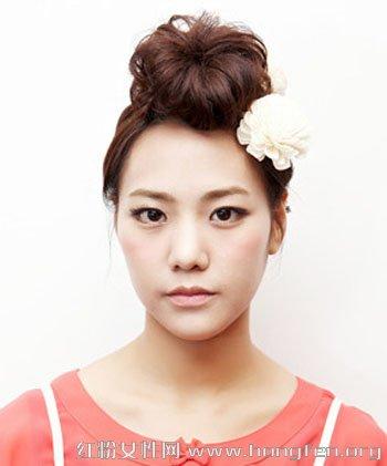 一款韩式盘发图解,将刘海扎成饱满的花朵造型,与脑后的花苞头遥相呼应图片