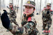北京武警部队女新兵野营拉练 斗志昂扬笑容灿烂