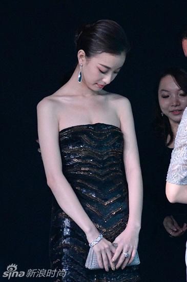 倪妮胸型有些外甩.这个造型下的胸型不比