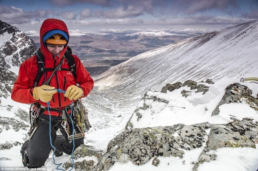 探险家在攀登英国最高峰途中拍下奇美雪景(高清组图)_1