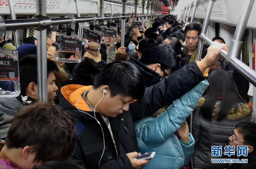 新年首个工作日:拥挤的地铁_1
