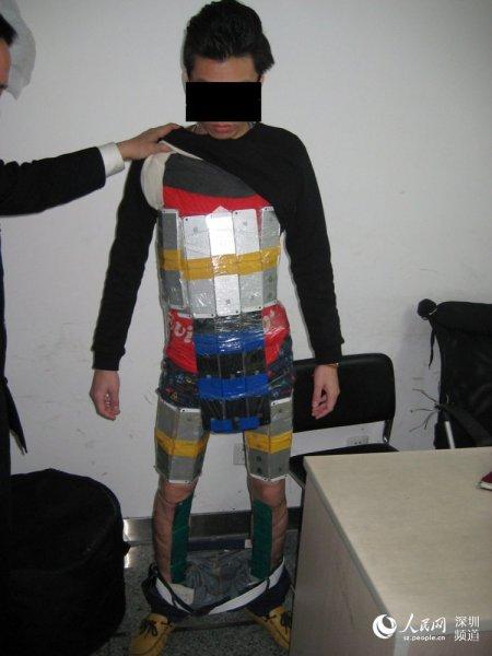 香港男子身绑94部iPhone入境被海关查获_1