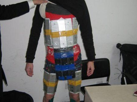 香港男子身绑94部iPhone入境被海关查获