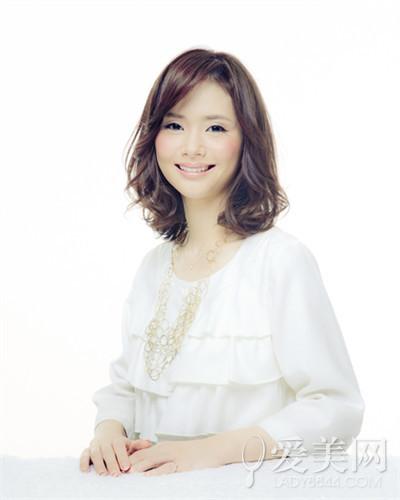 斜刘海搭中长发发型-2015最新别致中长卷发 魅力轻熟显大气