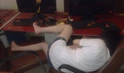 网吧通宵,大学生沉迷游戏很常见