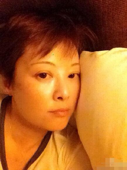 41岁袁立晒睡前可爱自拍 伸舌卖萌显年轻(图)