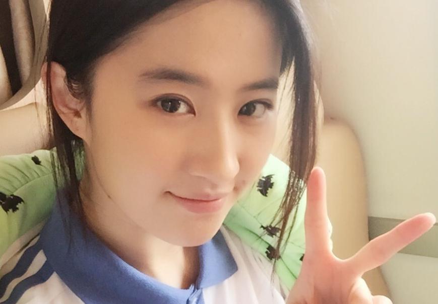 4月16日,刘亦菲晒出《致青春2》中的学生装造型,清纯可爱.