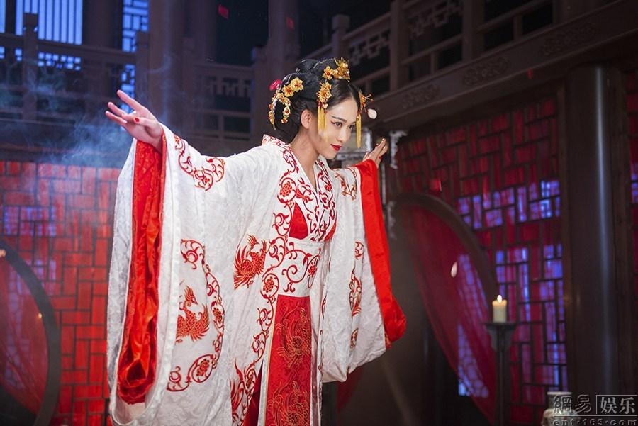 陈乔恩躺水缸玩湿身诱惑 中文文化