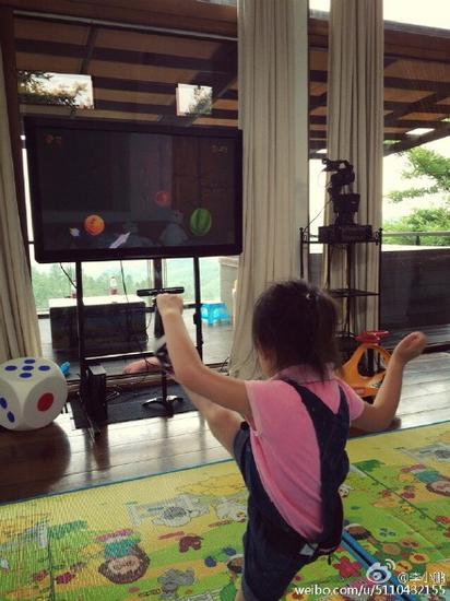 奥莉玩水果忍者手舞足蹈
