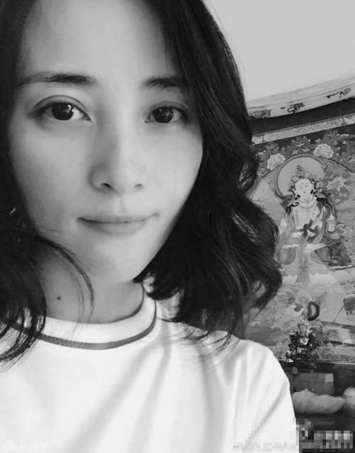 蒋勤勤黑白色自拍 眼神迷离甜笑动人(图)