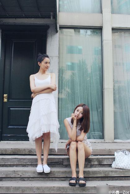 高圆圆晒与闺蜜合影 穿白衣清纯显女神气质图