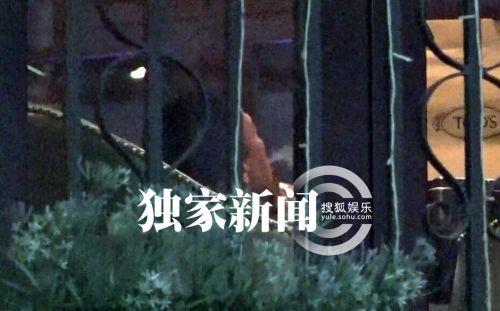 孙红雷庆生开心大笑 宴请亲朋搞怪吐烟圈(图)(4)