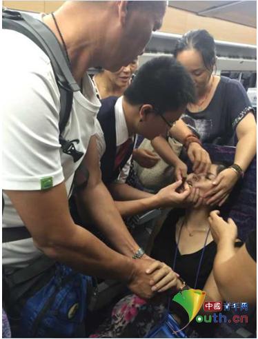 列车上刮痧施救 中暑旅客得以脱险