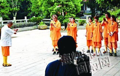 韩国众女星住进少林寺 超人气偶像与僧侣共同