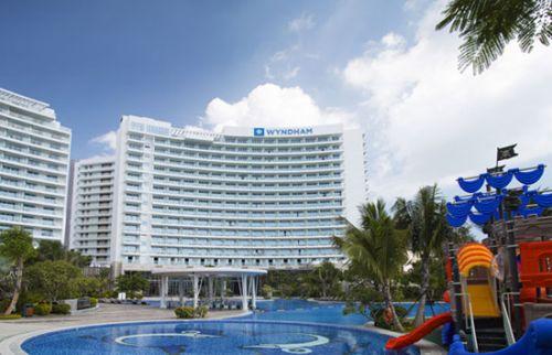 全球最大的酒店集团(以旗下酒店数目计算)温德姆酒店集团宣布三亚丽禾温德姆酒店(Wyndham Sanya Bay)于11月20日正式开业,成为集团旗下高端品牌温德姆酒店及度假酒店位于三亚市的首家酒店,进一步实现集团着力于将这一品牌引进国内各重要旅游城市的计划。 除三亚外,温德姆酒店及度假酒店品牌今年还陆续进驻了深圳、青岛、茂名、乌鲁木齐等重要城市。截止目前,该品牌旗下在中国市场共有19家酒店。 三亚现已成为国内最为重要也是最具活力的旅游城市之一,仅2015年第一季度,该目的地旅游总收入达到110