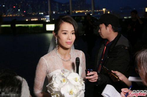 胡杏儿穿婚纱接受采访 伴娘称红包达5位数
