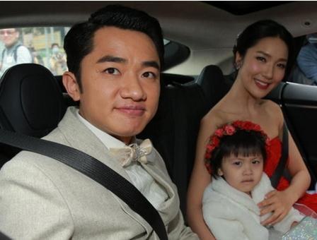 王祖蓝和妻子晒合影 二人戴着墨镜一同冲镜头微笑