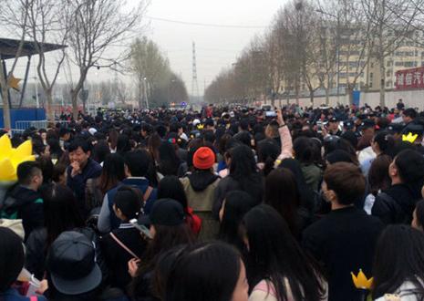 BIGBANG郑州演唱会 黄牛劝记者带人粉丝翻墙