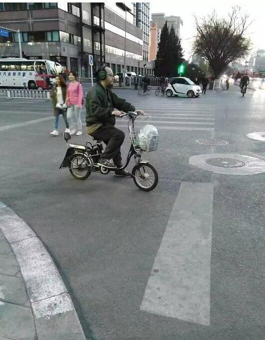 【明星爆料】网友晒街头偶遇窦唯照 戴耳机骑电动车潇洒依旧