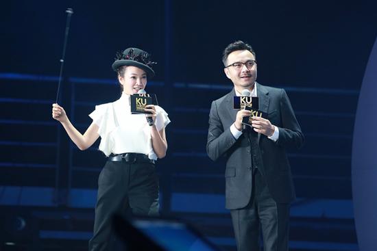 【明星爆料】阿雅主持音乐盛典搭档汪涵 与尼坤斗舞