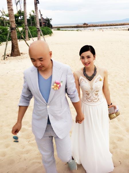【明星爆料】徐峥牵手爱妻漫步 被路人拍成婚照 揭秘陶虹老公徐峥的家庭背景