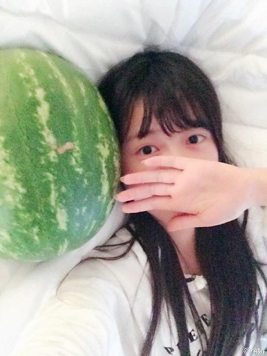 【明星爆料】徐娇晒床上自拍以手捂脸 与西瓜合影卖萌