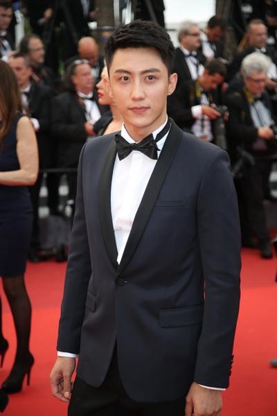 黄景瑜出席首映单元红毯 自信帅气