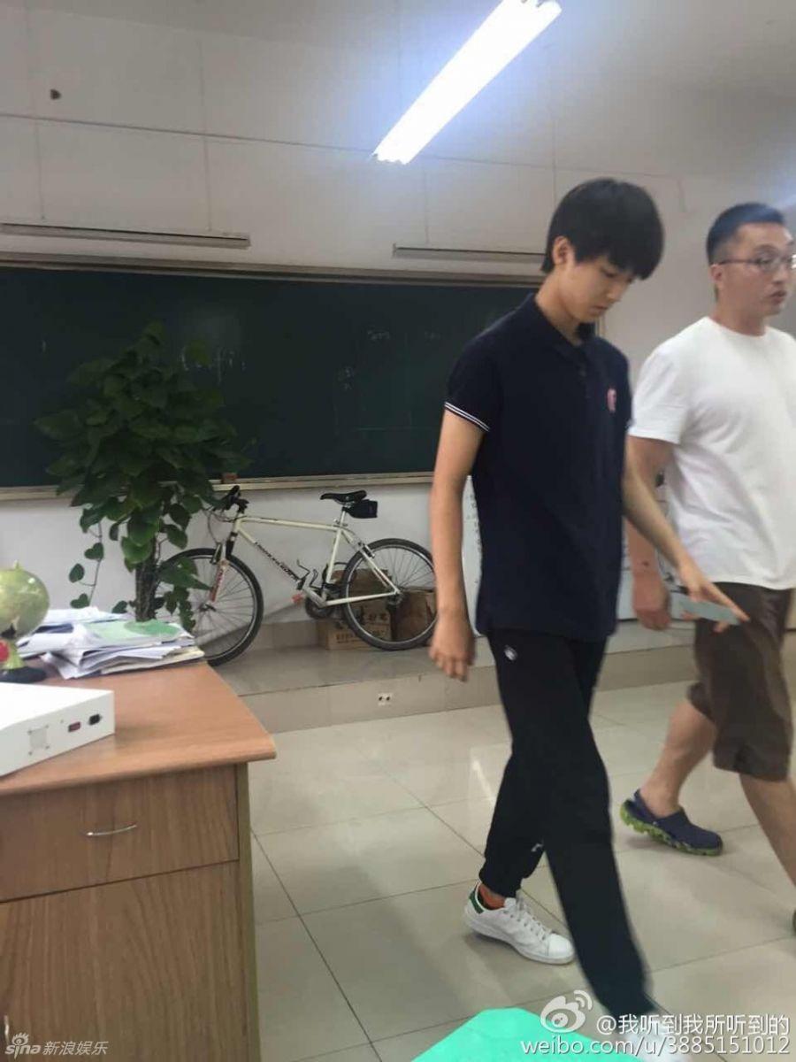 新浪娱乐讯 近日有网友曝出一组王俊凯在高中校园的照片,照片中王俊凯背着书包穿着校服在食堂吃饭,在教室与同学一起写作业,与普通学生无异。