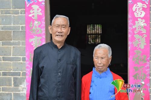 10  叶发基老人和妻子邱东凤老人合影  中国青年网通讯员翁叶龙摄