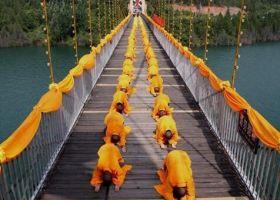 허난 기복법회, 1천여 명 승려 다리 건너며 대형 불상에 참배